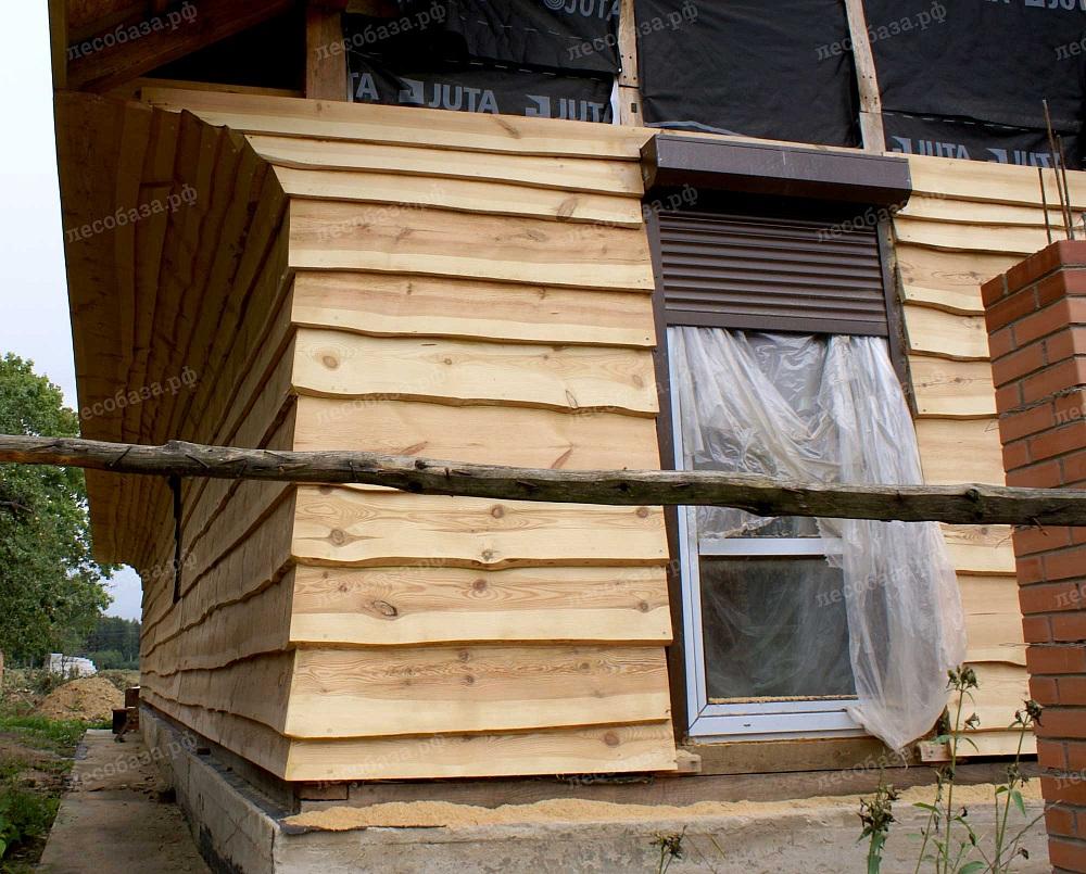 Необрезная строганная сосновая доска на фасаде жилого каркасного дома